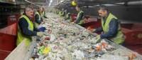 Holandia praca na produkcji Midenmeer przy sortowaniu plastiku w fabryce